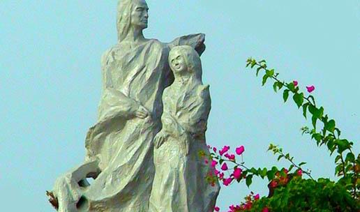 A beautiful statue at Dona Paula Beach